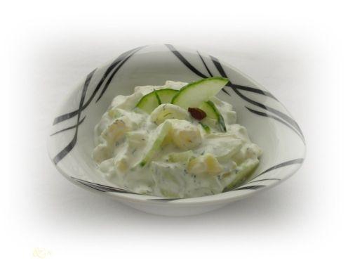 Für den Kartoffel-Gurken-Salat die Salatkartoffeln in der Schale weich kochen, abseien, etwas abkühlen lassen. Die Schale abziehen, in dünne