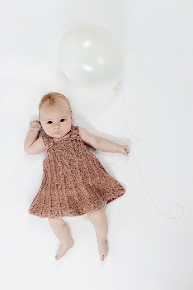 Strik en fin spencer med snoninger til baby