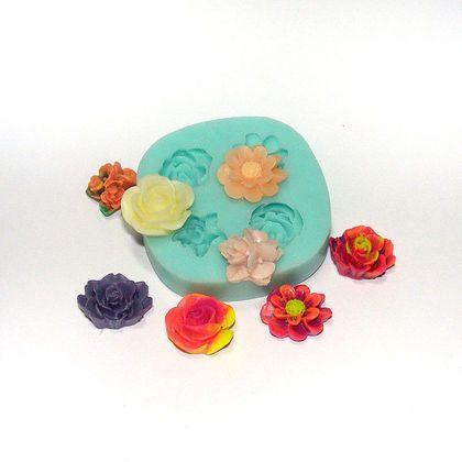 Форма, молд `4 цветка` (арт.: 38). Силиконовая форма предназначена для изготовления изделий из пластики / полимерной глины и позволяет сделать 4 возможных вида цветов-кабошонов.   Данный молд является облегченной версией более богатого цветочного молда www.livemaster.