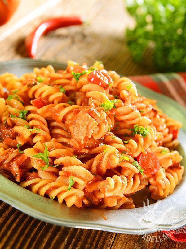 Pasta with tuna and peppers - I Fusilli al tonno e peperoncini dolci sono un primo semplice semplice, veloce veloce e infallibile! Tonno e peperoncini sono una accoppiata perfetta!