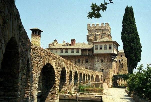 Η τοξοστοιχία του υδραγωγείου (Ιερά Μονή Σταυρονικήτα, Άγιο Όρος) - The arches supporting the aqueduct (Holy Monastery of Stavronikita, Mount Athos)