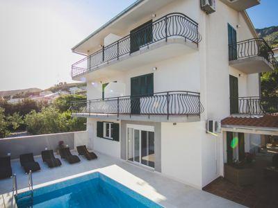 Die Villa Antonija befindet sich in Duce (Kroatien) und ist nur ca. 50 m vom schönen Sandstrand entfernt. Sie bietet Platz für max. 12 Pers. Das Grundstück ist blickdicht mit einer Mauer umrandet. Genießen Sie sonnige Tage am Pool!