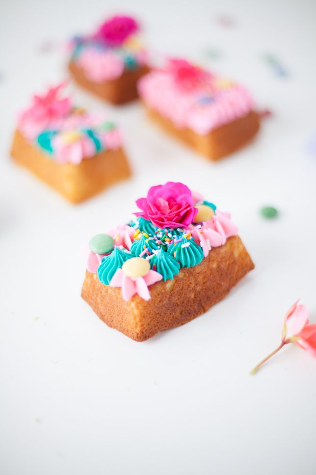 flower topped mini party cakes - Coco Cake Land