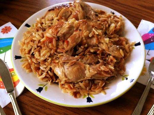 Şehriyenin muhteşem bir tat kattığı fırında tavuk ve şık sunumu... Akşam yemeği için pratik ve lezzetli bir yemek. Afiyet olsun.