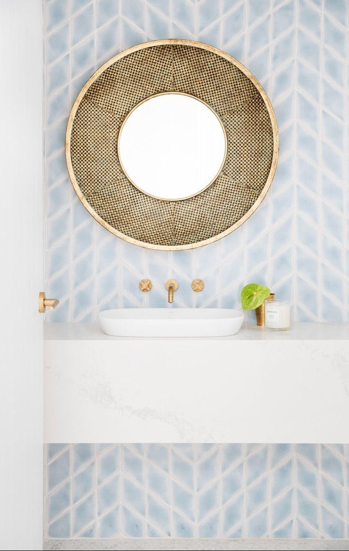 Clean Modern Bright Beachy Vibe Bathroom Badezimmer Blau Pulver