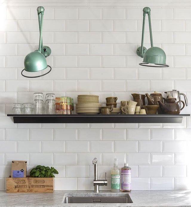 Vi har 3 grønne hoder og 10 armer tilgjengelig akkura nå. Bildet hvor  lampene henger på hvite kjøkkenfliser er et illustrasjonsbilde fra  kjøkkenet til en kunde (Gry), foto Espen Gees, Styling Tone Kroken. De  etterfølgende bildene + enda en grønn lampe (montert på vegg i butikken) er  tilgjengelig for salg. Disse lampene kan vi bygge på eller ta av ledd etter  ditt ønske, de fungerer uten ledd/armer eller med 1-6 armer. Prisen  begynner på kr 2300 uten arm, og så er det kr 1000 pr arm…