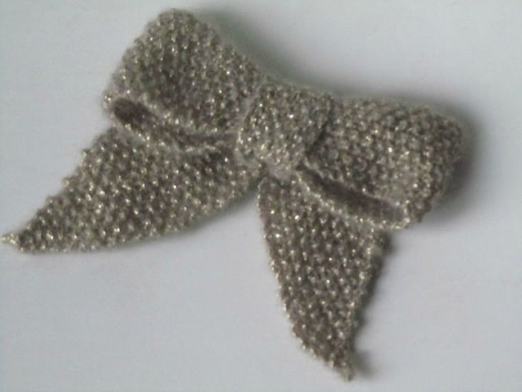 noeud tricoté (tuto) Knitted bow tutorial in French.