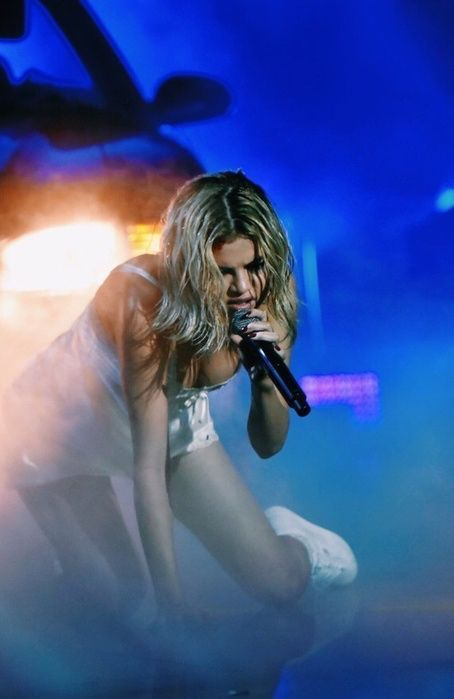 This is the 25-year-old singer's first and only live performance this year. She was joined by her collaborator Marshmello. Selena Gomez. #fashion #style #outfit #amas #blonde #selenagomez #celebrity