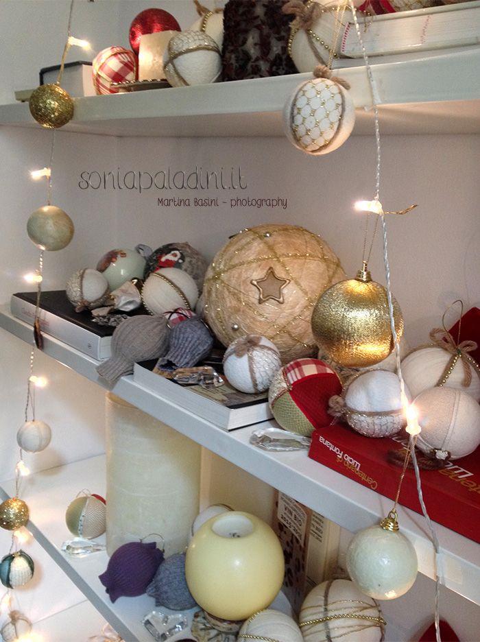 Ed eccoci nei giorni dedicati agli addobbi di #Natale! Ogni anno tiriamo fuori il nostro scatolone e cominciamo a disporre le #decorazioni che abbiamo raccolto nel corso del tempo… qualche volta le abbiamo comprate… qualche volta ci sono state regalate… qualche volta, come me, le abbiamo fatte con le nostre mani. Tutti gli anni nel #weekend dell'otto dicembre, insieme alle mie figlie, confeziono 5/6 palle nuove con ritagli di stoffa,…
