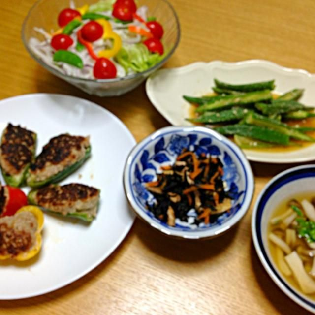 ピーマンの肉詰め  4色で 生ひじきの煮物 オクラ胡麻和え タマネギサラダ キノコたっぷりコンソメスープ バレーボール行ってきま〜す - 62件のもぐもぐ - パパさんの好物晩ご飯 by tanuko