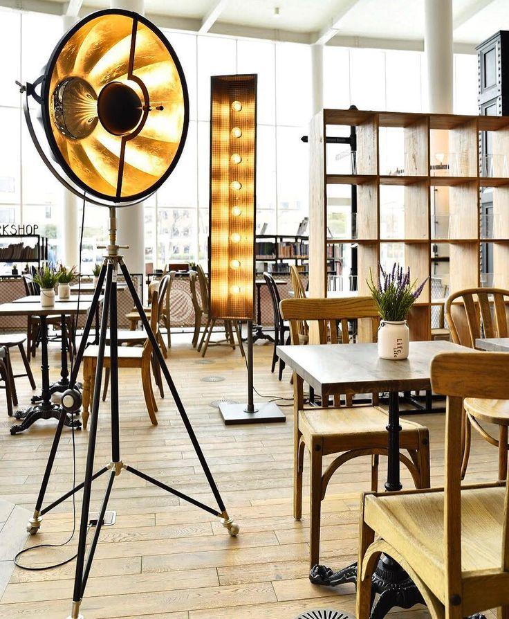 雑誌や映画の中でしか見たことのないようなこのフロアランプ、置くだけで一気に空間がカッコよくなります。  .  少し値は張りますが店舗や結婚式場、オフィスなどに一台オススメです💡  .  本場イタリアで作られてる一流アイテムです。  .  #authenticcollection #フロアランプ #アイアン #照明 #巨大ランプ #家具 #interior #lamp #stylish  #オーセンティックコレクション #インテリア #モダンアンティーク #輸入家具 #革張りソファ #ボタン締めソファ #某大学キャンパス #家具納品 #ニューヨークスタイル #newyork #インダストリアル #かっこいい #おしゃれ #レザーソファー #本物思考 #輸入