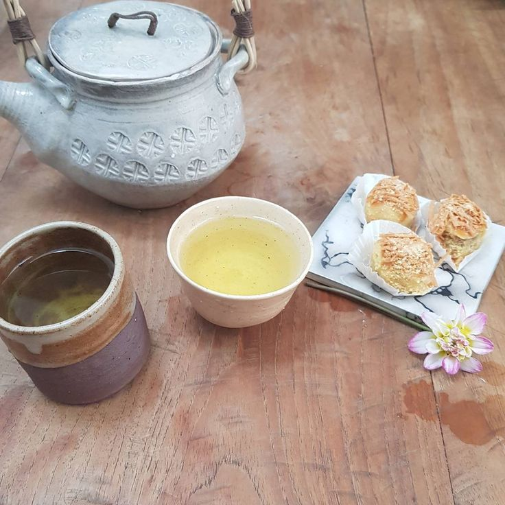 Good Morning..... breakfast : #chrysanthemumtea and #nastar #pineappletart   Pottery by @epicai and me.    #fridaymorning #handmadepottery #keramikkarawaci #keramikpelangi12