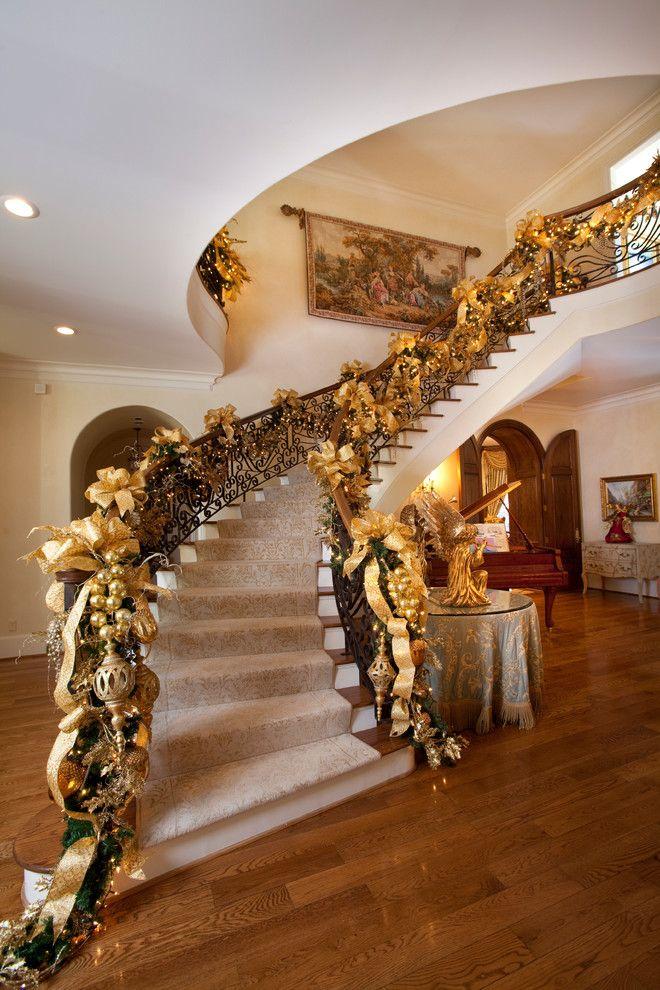 Puedes decorar tu escalera con moños de colores. #Comex