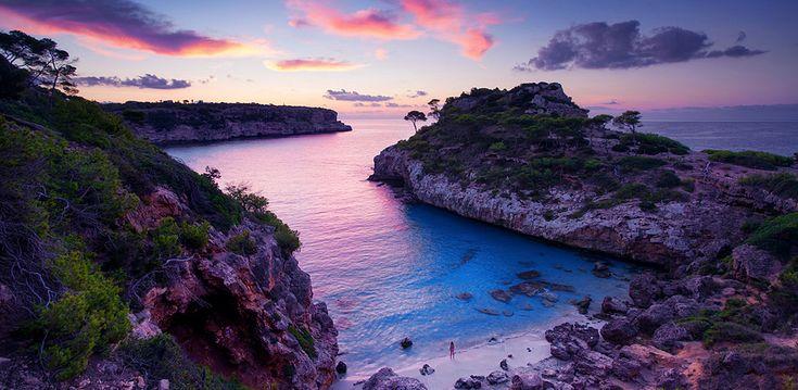 Пляж Calo des moro, Ибица, Балеарские острова  Calo des moro на Ибице можно найти в списках лучших пляжей мира. Без всякого сомнения, это место, попадает под научное описания в словарях, что такое настоящий пляж. Пляж стоит того, чтобы собраться и побывать в этом живописном месте!