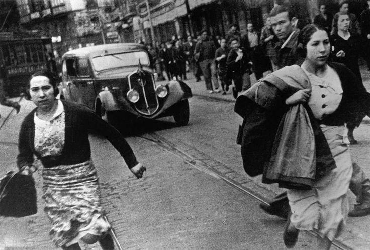 Buscando refugio, mayo 1937 bombardeo en Bilbao de Robert Capa/Magnum Fotos