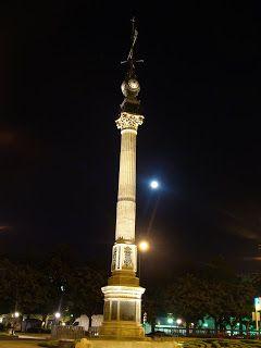 El Obelisco Monumento en honor de Aureliano Linares Rivas,inaugurado en 1895,fué en su época una obra puntera y vanguardista,imitada en otras ciudades(Londres,Roma o Tokio)