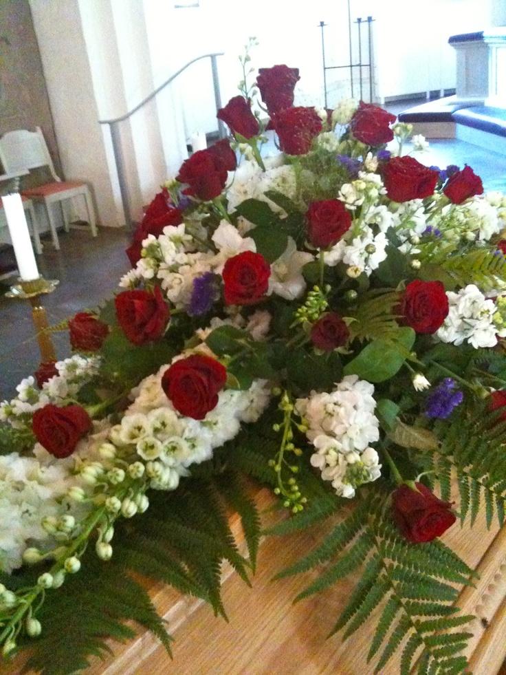 Dekoration med riddarsporre, rosor, lövkoja, blåklint.