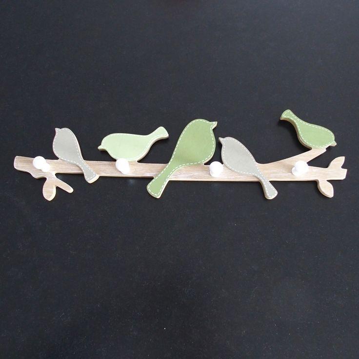 Belle patère branche aux oiseaux 4 crochets en bois.Cette patère est à poser partout dans la maison pour ne plus laisser trainer ses affaires.Avec ses couleurs tendance, elle s'adaptera parfaitement dans les chambres ou dans l'entrée.