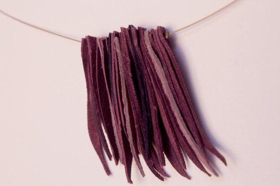 ◊  Collier Cuir Violet  Pendentif sur collier souple fil doré, Fermeture en clip  Cuirs véritables, assemblage artisanal, qualité fait main made in