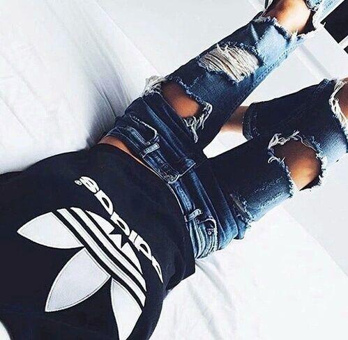 Adidas+calça rasgada=combinação perfeita