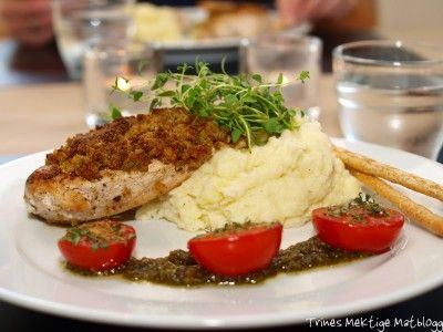 Pestopanert kylling med sellerirotmos og ovnsbakte tomater - TRINEs MATblogg