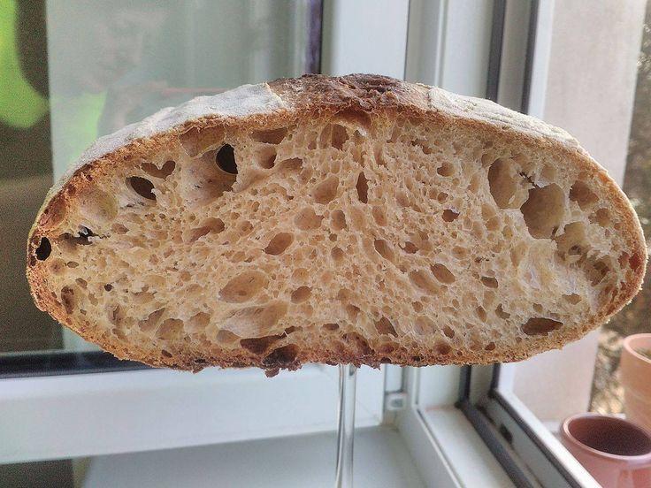 Krásně veliké očka, příjemně křupavá kůrčička a nadýchaná střídka. Jeden nenápadný receptík na kváskový chléb s vysokou hydratací. SUROVINY: 50 g rozkvas 2