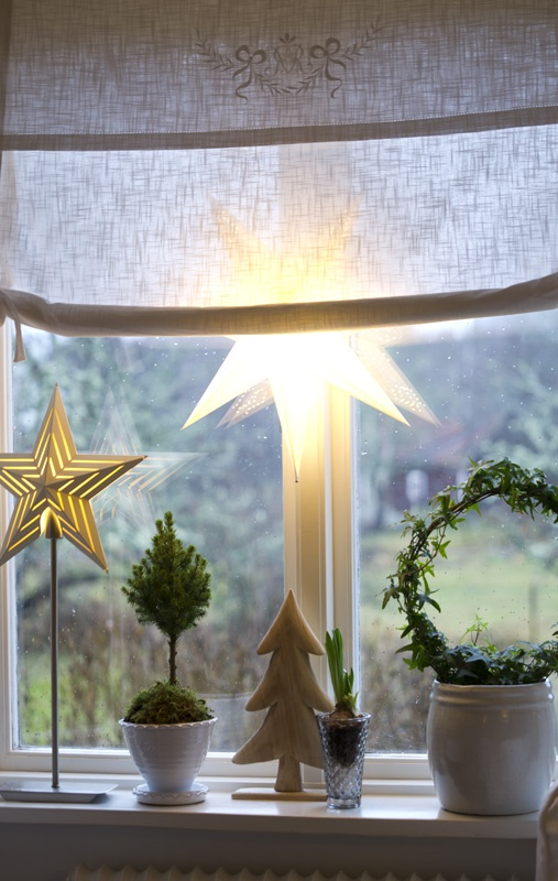 Lovely Christmas stars in the window, picture from :mittlivplandet.blogspot.com
