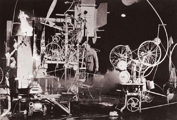 Оммаж Нью-Йорку (Билли Клувер E.A.T.) В 1960 году Жан Тингели приехал в Нью-Йорк на выставку в галерее Стэмпфли. Понтус Хюльтен попросил меня помочь Тингели: ему предложили создать скульптуру в саду Музея Современного Искусства. Я спросил у Тингели не нужно ли ему чего и он ответил: Колеса от велосипедов. Мы собрали нужный материал по велосипедным магазинам и мусорным свалкам которых на отмелях Нью-Джерси было предостаточно. Через три недели мы построили то что он хотел  саморазрушающуюся…