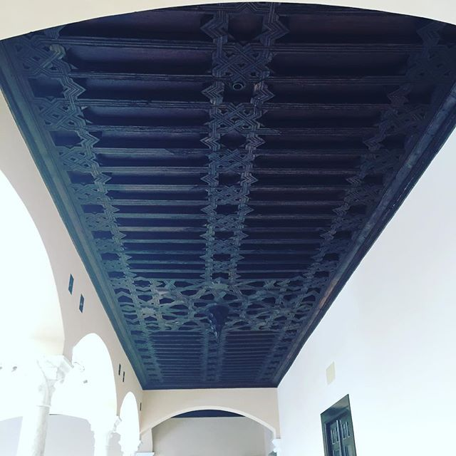 Foto de @stewvic240 en Instagram / #malaga #spain #ornateceiling #woodenceiling #spanishceiling #museopicasso #museopicassomalaga #lightanddark