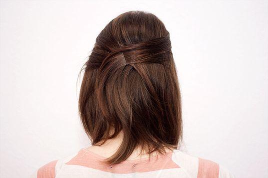 Halb hochgesteckte Haare hinten überkreuzt – Long Bob Frisuren