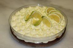 Υλικά: 400γρ μπισκότα τύπου digestive 150γρ βούτυρο σε θερμοκρασία δωματίου 1 κιλό γιαούρτι στραγγιστό 1 γάλα ζαχαρούχο χυμό ενός λεμονιού Ξύσμα λεμονιού Εκτέλεση: Τριβουμε τα μπισκότα στο μούλτι και τα ανακατεύουμε με το βούτυρο μέχρι να γίνουν μια μάζα Τα στρώνουμε ομοιόμορφα σε ενα μέτριο ταψάκι και τα πατάμε καλά με τα χέρια μας Χτυπάμε …