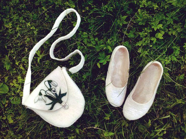 Валяные аксессуары: маленькая сумка на длинном ремешке, балетки.
