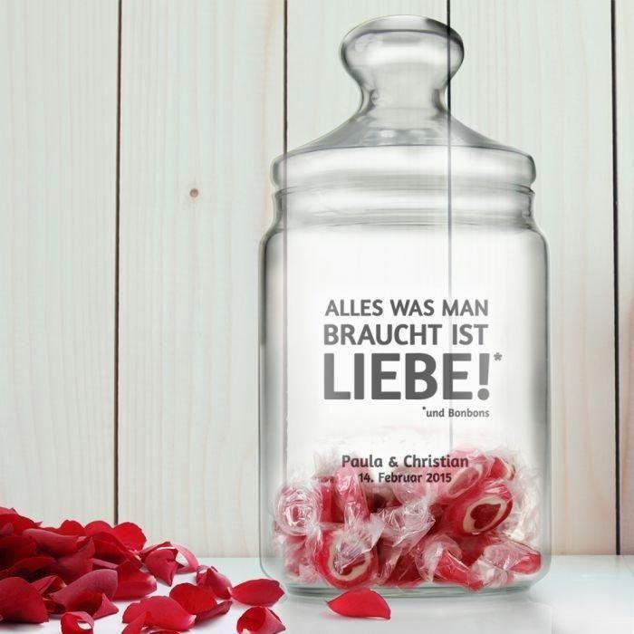 Ein personalisiertes Bonbonglas kannst du mit einem Wunschnamen und Wunschdatum versehen. Das Glas hat Platz für 250 Gramm Süßigkeiten und ist ein tollen Geschenk zum Thema Liebe.