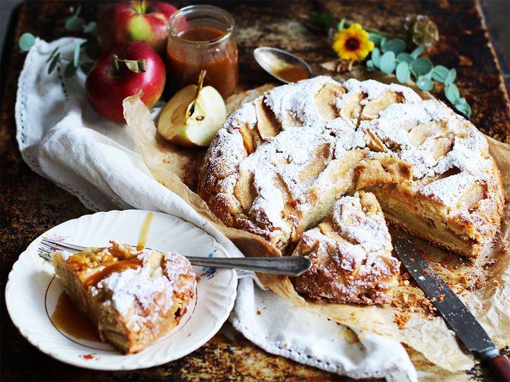 La pomme est un fruit des plus polyvalents en cuisine. Il existe bien sûr une grande variété de recettes de gâteau aux pommes, mais celui-ci est particulièrement moelleux. Pour moi, l'arôme qui se répand dans la maison durant sa cuisson est l'une des choses les plus réconfortantes de l'automne.