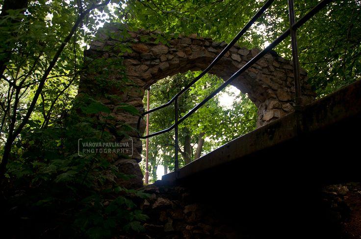 Štěměchy  -  Fortress Pozůstatky gotické vladycké tvrze poprvé připomínané v roce 1378 představují nejstarší památku v obci. Tvrziště obehnané dvojitým vodním příkopem s valem obsahuje zbytky nadzemního zdiva se střepem obytné věže a torzem nevhodně dostavěné obvodové hradby. https://www.google.com/maps/d/edit?mid=1megWioSlBxOtoyxeCINYrFYC8Pc&ll=49.196348569505254%2C15.677070623110921&z=17