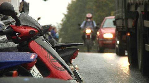 Liikenneturva on huolissaan nuorten musiikin kuuntelusta liikenteessä. Merkittävä osa mopoilijoista ja pyöräilijöistä ajaa kuulokkeet korvillaan. Kun havainnointikyky heikkenee, silloin riski liikenneonnettomuuksiinkin kasvaa.