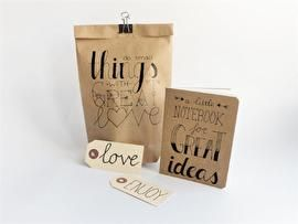 Met dit handletterpakket heb je alles in huis om de mooiste creaties te maken. DIY pakket Handlettering. Inhoud DIY-pakket: - stap-voor-stap instructie - potlood - gum - liniaal - passer - fineliner - fineliner blokpunt - kraft notitieboekje - 10x oefenpapier A5 - 3x mooi papier A5 - 5x labels - 3x kraft zakken - 5x witte zakjes - 6x kraft ronde stickers - 5x enkele kaarten A6 - 5x enveloppen A6