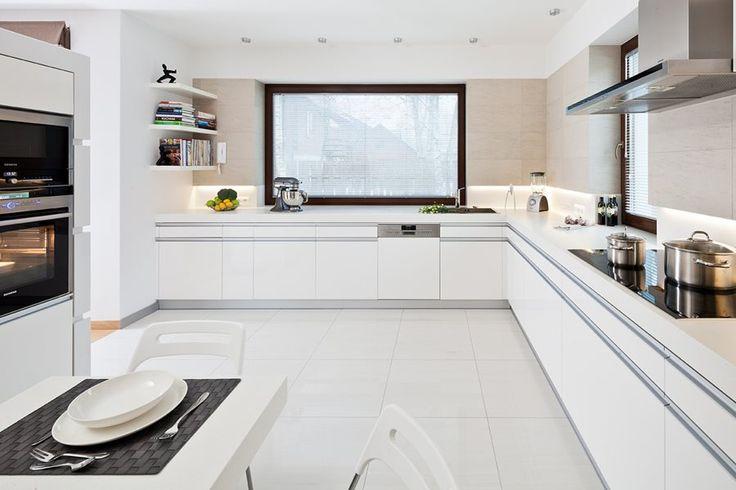 Aranżacja dużej kuchni w bieli. Biała kuchnia w nowoczesnym stylu. jak urządzić przestronną kuchnię. Pomysły i inspiracje na wystrój wnętrz.
