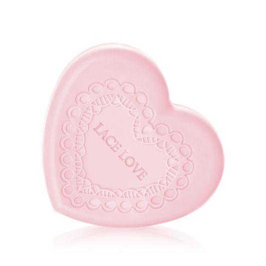 14 Şubat sevgililer gününe özel olarak satışa sunulan Lace Lover nemlendirici el kremi ve sabun serisi; manolya, yasemin ve şakayık ile hoş bir koku bırakır.