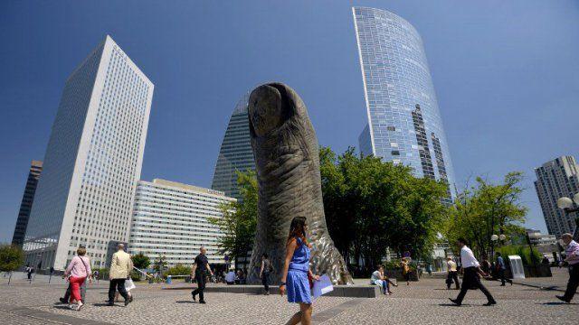 Ça fourmille. Des hommes en costume, une malette sous le bras... Voilà l'image que l'on se fait du quartier d'affaires de Paris. Mais sous les dalles, une vie artistique s'anime. Musique, ou sculpture, les plus inspirés s'activent. Ou s'envoient en l'air, à près de 270 mètres d'altitudes.
