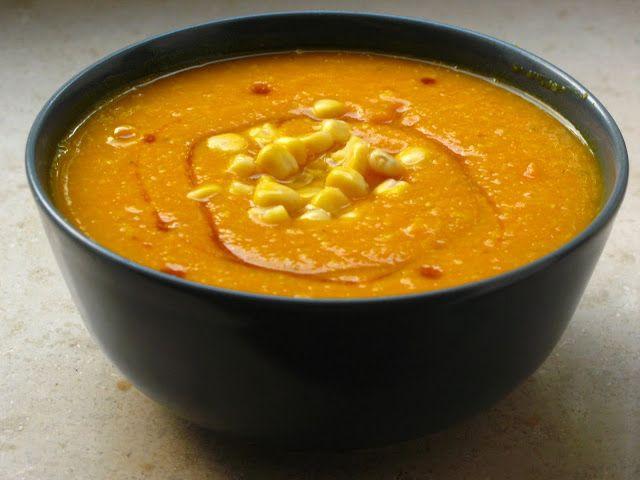 Gourmandises végétariennes: Indianische Kürbissuppe  Rezept für 3 Portionen: 1 Zwiebel 2 Karotten 2 Knoblauchzehen 1 kleiner Kürbis (600g) 700ml Gemüsebrühe ca. 150g Mais Pfeffer, evtl. Salz Ahornsirup (bei mir 2 EL pro Portion) Olivenöl