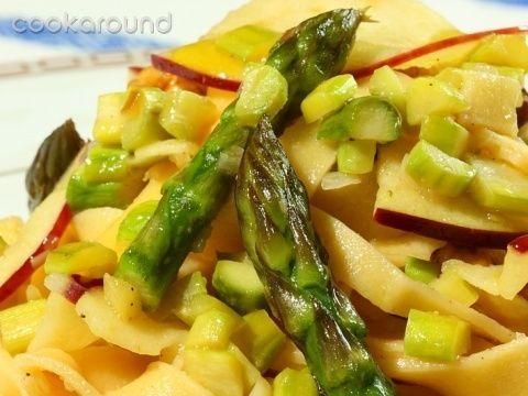 Tagliatelle agli asparagi, mele e noci