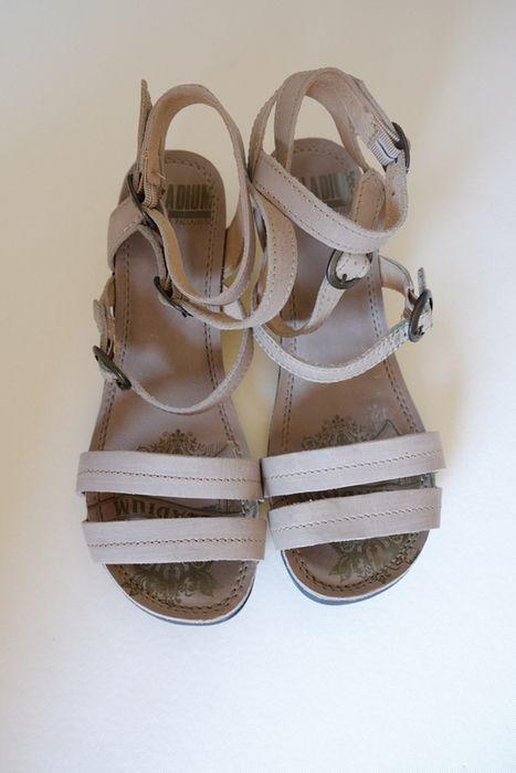 Sandales Palladium P38 38€. Semelle compensée.  P38 mais chaussent grand, conviennent à un pied assez large.  Porté 2 ou 3 fois mais finalement trop grandes pour moi. Elles sont en excellent état. Sauf les lanières qui présentes des traces sous les boucles (le métal a du déteindre car je les ai rangées boucles fermées).  J'ai des photos des chaussures portées, demandez-les moi!