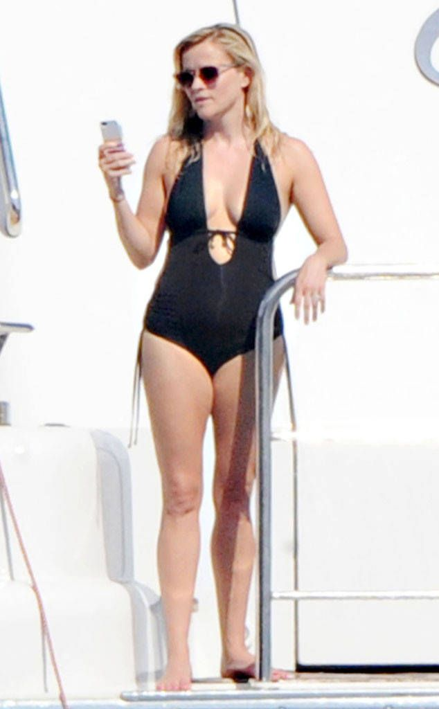 Reese Witherspoon Hot | Reese Witherspoon Flaunts Major Cleavage in Sexy Swimsuit as Girls ...