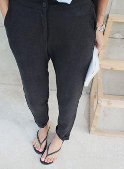 Today's Hot Pick :マニッシュリネンパンツ【iamyuri】 http://fashionstylep.com/SFSELFAA0003340/iamyuriijp/out 伸縮性のないリネン素材を使ったバギーパンツです。 涼しいリネン素材使いで夏に重宝するアイテム☆ バギー特有のゆったりとしたシルエットで楽な履き心地に♪ 裾をロールアップしてスニーカーとのコーデもオススメです!!
