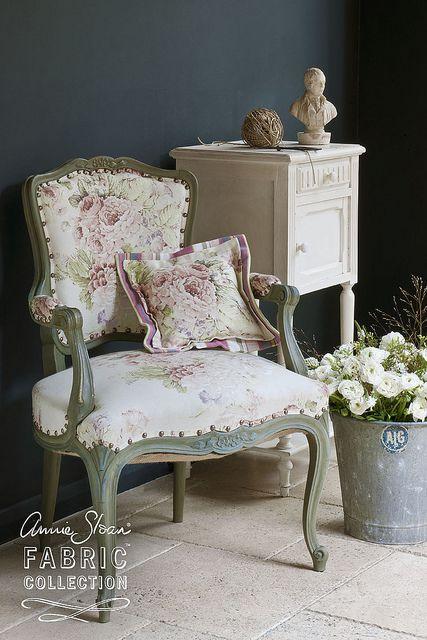 """Le tissus d'Annie Sloan """"Faded Roses"""" fabriqué en angleterre au fauteuil français peint en Chateau Grey Chalk Paint™ contre un mur en Graphite Chalk Paint™ avec un chevet en Original. Les fleurs étaient faites par les Couronnes Sauvages pour un look Champêtre Chic."""