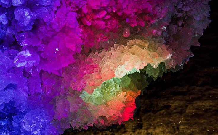 Палитра, Дмитрий Гилитуха. Ловите мгновения на Яндекс.Картинках. Красочно подсвеченные кристаллы кварца в пещере Млынки, Украина.