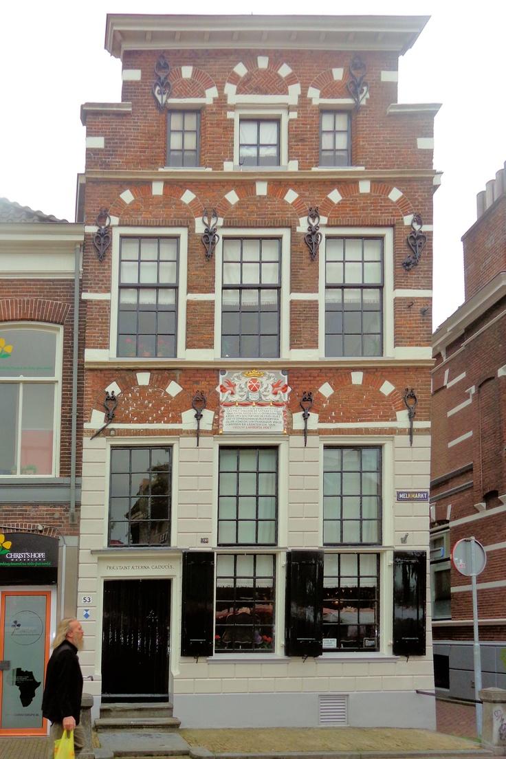De kern van het Vrouwengasthuis stamt oorspronkelijk uit de 14e eeuw. Het gebouwencomplex werd door de welgestelde en ongehuwde Aleida Greve (1670 – 1742) na haar dood nagelaten als hofje voor alleenstaande bejaarde vrouwen van protestantse huize. Een gevelsteen aan de Melkmarkt herinnert daar nog aan. Het gebouwencomplex heeft tot 1984 als zodanig dienstgedaan. Het wordt nog altijd deels bewoond.