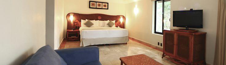 Hab. Junior Suite con Jacuzzi  ÁREA FAMILIAR  Imagínate relajando tus músculos en el Jacuzzi en tu balcón mientras disfrutas las vistas a los jardines, la piscina o la selva durante una inolvidable estancia todo incluido en la Riviera Maya. Cada uno de nuestras espaciosas Junior Suites en Sandos Caracol ofrece una sala integrada y un sofá cama para mayor confort en tus vacaciones de playa en el paraíso.