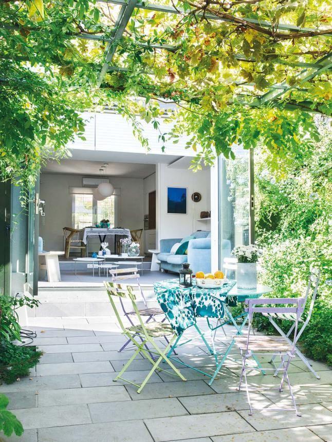 После реконструкции дом просвечивается насквозь, а широкие стеклянные двери обеспечивают связь гостиной и столовой с двором.  (архитектура,дизайн,экстерьер,интерьер,дизайн интерьера,мебель,минимализм,на открытом воздухе,патио,балкон,терраса,гостиная,дизайн гостиной,интерьер гостиной,мебель для гостиной,современный) .